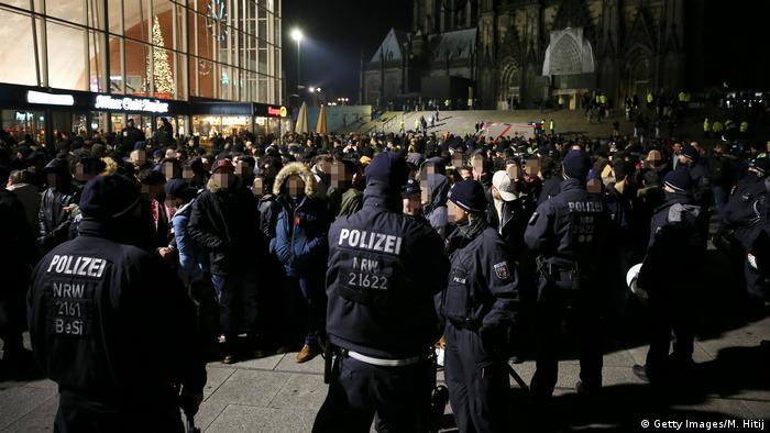 Polizisten stoppen junge Männer vor dem Kölner Hauptbahnhof