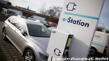 ARCHIV - Ein Elektro-Fahrzeug wird am 02.02.2016 in Berlin an einer Ladestation aufgeladen. Um den Absatz von E-Fahrzeugen anzukurbeln, tun sich die deutschen Autohersteller zusammen. Nach dem Vorbild von Tesla wollen sie Ladesäulen installieren. Es gibt aber einen wichtigen Unterschied. (zu dpa «Deutsche Autohersteller bauen schnelle Ladestationen für E-Autos vom 29.11.2016) Foto: Kay Nietfeld/dpa +++(c) dpa - Bildfunk+++ nur 9000 Anträge für E-Auto-Kaufprämie