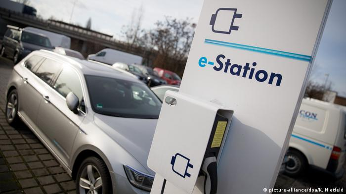 Ladestation für Elektroautos (picture-alliance/dpa/K. Nietfeld)