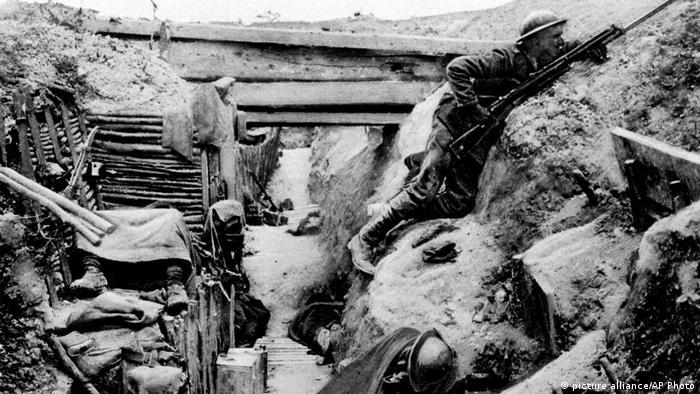 Britischer Soldat im Schützengraben bei der Schlacht um die Somme (picture alliance/AP Photo)