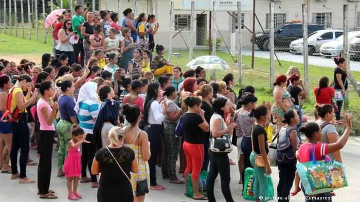 Familiares de detentos aguardam informações diante do Complexo Penitenciário Anísio Jobim (Compaj), em Manaus
