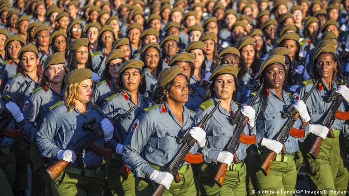 Foto de mujeres agentes en un desfile militar de Cuba.
