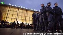 Polizisten am Bahnhofsvorplatz am Silvesterabend. Köln, 30.12.2016 | Verwendung weltweit