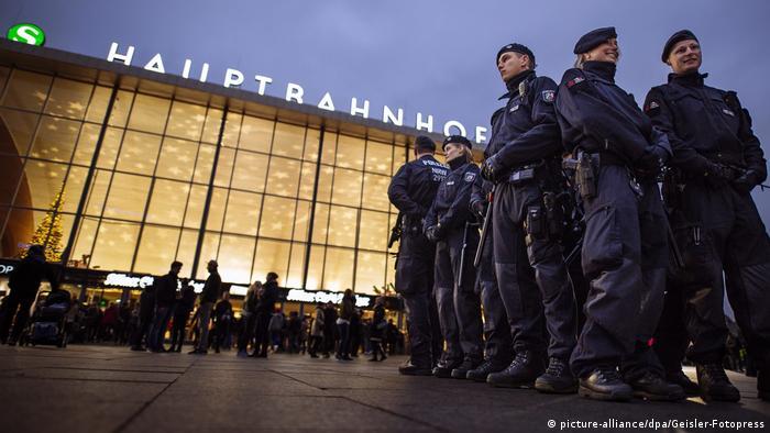 Deutschland Köln Silvesternacht - Polizeipräsenz am HBF