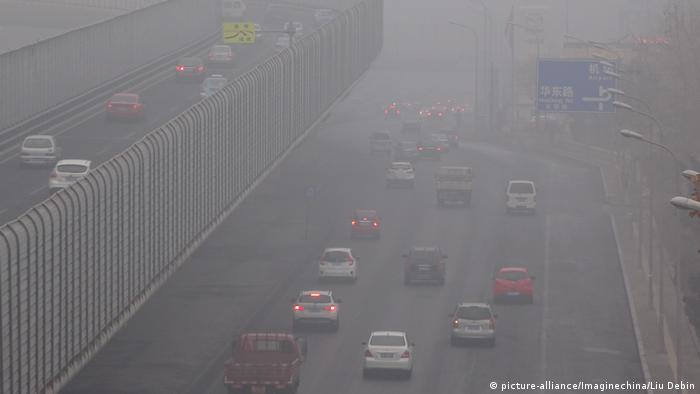 China Smog in Dalian (picture-alliance/Imaginechina/Liu Debin)