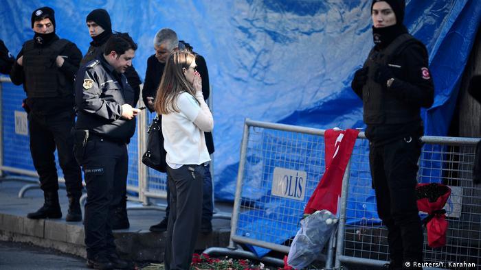 Türkei Polizisten und Bürger vor dem Reina Nachtclub in Istanbul (Reuters/Y. Karahan )
