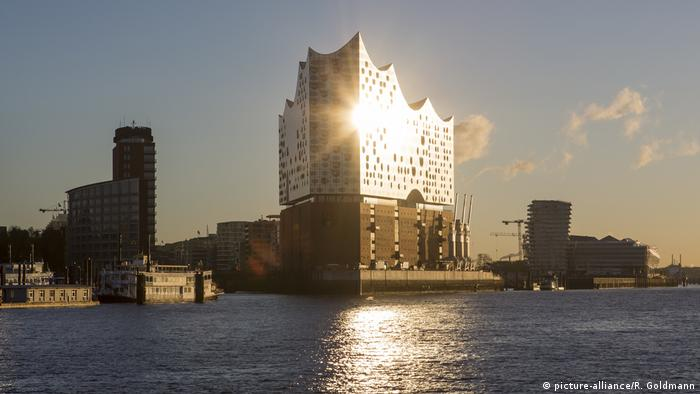 The Elbphilharmonie in Hamburg (picture-alliance/R. Goldmann)