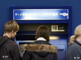 Isländer vor einem Geldautomat