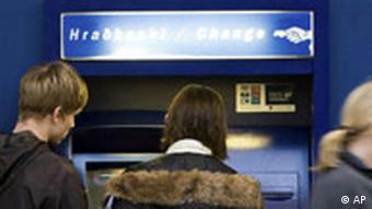 Symbolbild Island Bankenkrise Isländer vor Geldautomat