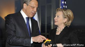 Сергей Лавров и Хиллари Клинтон с кнопкой перезагрузки отношений США и России
