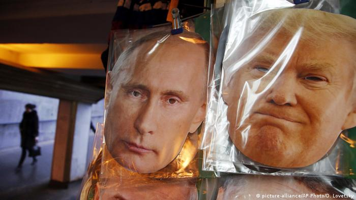 Russland Stankt Petersburg Masken von Putin und Trump (picture-alliance/AP Photo/D. Lovetsky)