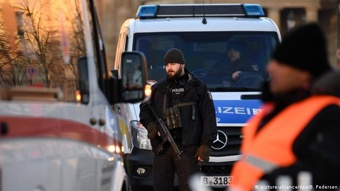 Berlin police stock photo (picture-alliance/dpa/B. Pedersen)