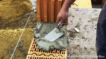 Österreich Bauarbeiter Wand aus Ziegel Symbolbild