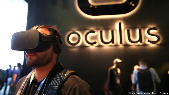 VR Virtual Reality goggle by Oculus (picture-alliance/dpa/M. Nelson)