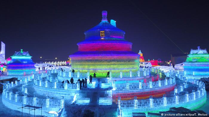 China Harbin Eisskulpturen (picture-alliance/dpa/T. Weitao)