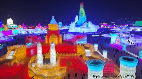 Θέα που κόβει την ανάσα. Το βράδυ με τον φωτισμό τα τεράστια γλυπτά φαίνονται ακόμη πιο εντυπωσιακά. Οι καλλιτέχνες εργάζονται για εβδομάδες προκειμένου να δημιουργήσουν αντιγραφές διάσημων κτιρίων και γλυπτών.