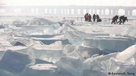 Πρώτες ύλες για τη δημιουργία των γλυπτών υπάρχουν αρκετές. Ο ποταμός Σονγκούα που περνάει μέσα από την πόλη παγώνει τους μήνες μεταξύ Νοεμβρίου και Απριλίου. Με πριόνια αφαιρούνται τα κομμάτια πάγου και μεταφέρονται με έλκηθρα στον χώρο της έκθεσης.