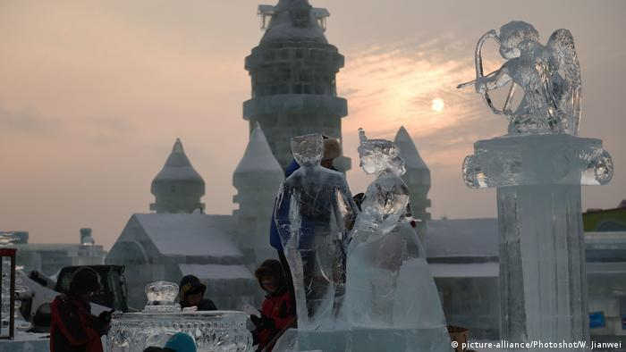 China Harbin Eisskulpturen (picture-alliance/Photoshot/W. Jianwei)