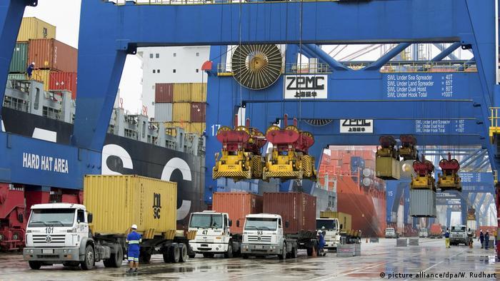 Contêineres sendo transportados no porto de Santos