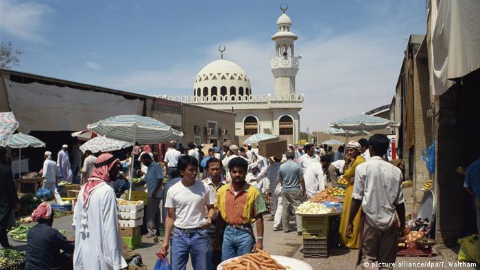 Arabische Emirate Gemüsemarkt Souk in Abu Dhabi (picture alliance/dpa/T. Waltham)