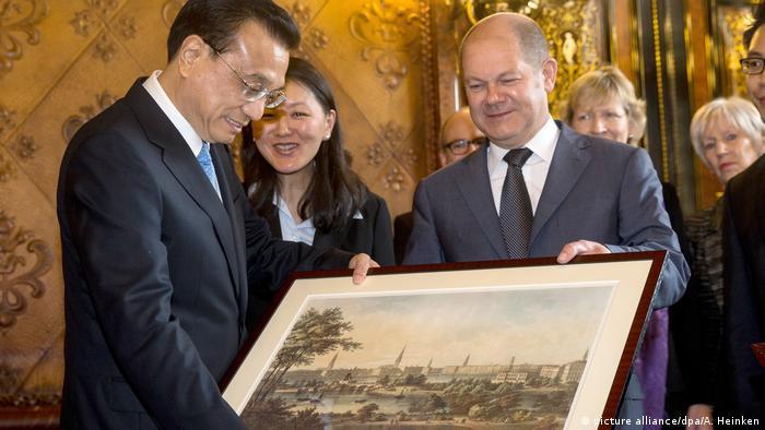 Deutschland Chinas Ministerpräsident besucht Wirtschaftskonferenz (picture alliance/dpa/A. Heinken)
