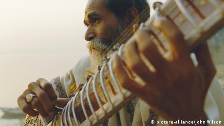 Mann spielt Sitar Musik Instrument.