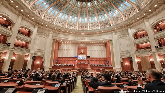 Rumänien Parlament neue Regierung (picture alliance/AP Photo/V. Ghirda)