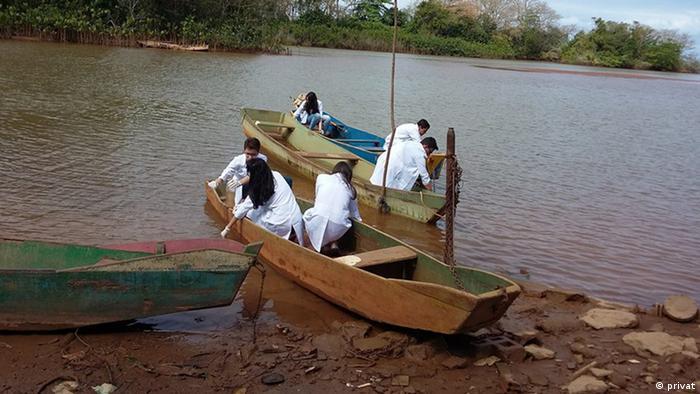 Alunos da escola onde Wemerson leciona analisam os poluentes presentes nas águas do Rio Doce, afetado pelo rompimento das barragens de Mariana