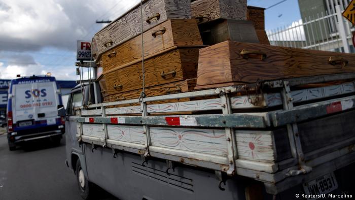 Caminhão transporta corpos de mortos em chacina em Manaus