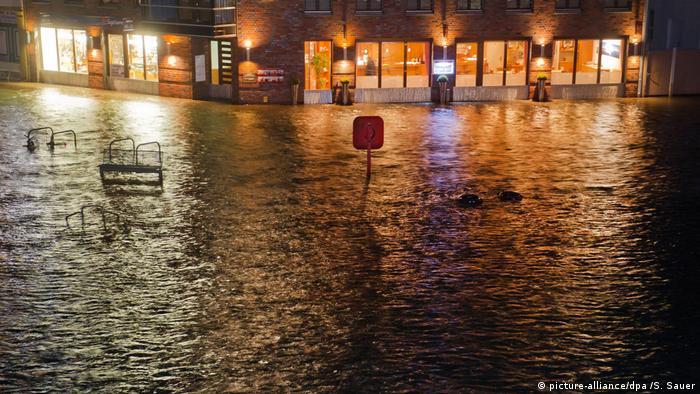Calles inundadas en el puerto de Stralsund, Mecklenburgo-Antepomerania.