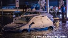 Ein mit Schnee bedecktes Auto steht am 04.01.2017 in Wismar (Mecklenburg-Vorpommern) im Hochwasser. Mit dem Sturmtief «Axel» erwartet das Bundesamt für Seeschifffahrt und Hydrographie eine Sturmflut mit Höchststände von etwa 1,50 Meter über Normal an der gesamten deutschen Ostseeküste. Foto: Jens Büttner/dpa-Zentralbild/dpa +++(c) dpa - Bildfunk+++