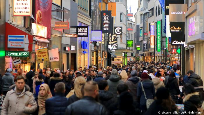 Shoppers in the German city of Cologne. Photo credit: picture-alliance/R. Goldmann.