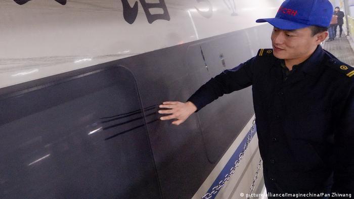 China Smog verschmutzt Eisenbahnzüge (picture-alliance/Imaginechina/Pan Zhiwang)