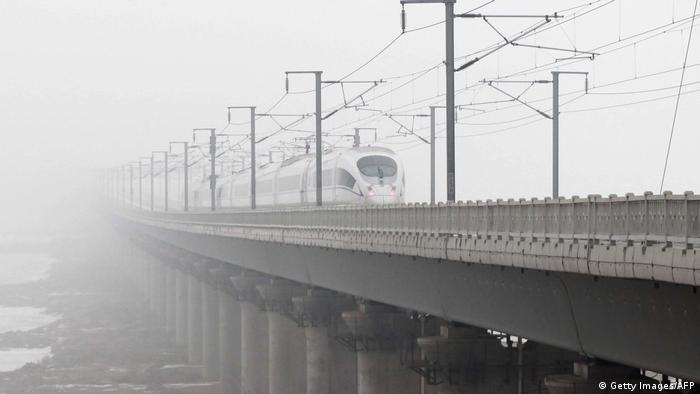 China Smog verschmutzt Eisenbahnzüge (Getty Images/AFP)