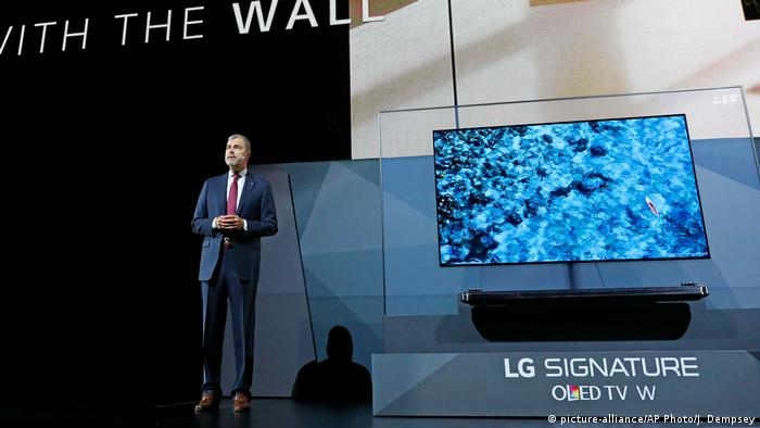 Las Vegas CES 2017 Press Conference, LG David VanderWaal Signature OLED TV W7 (picture-alliance/AP Photo/J. Dempsey)