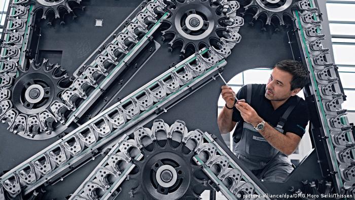 Alemania es un país de ingenieros. Los productos de ingeniería mecánica ocupan el segundo lugar en la lista de exportaciones con ingreso de 169.000 millones de euros. La desventaja: la venta de maquinaria depende de cuánto las diferentes economía quieran, y puedan, invertir en nuevas máquinas.