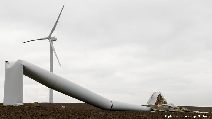 Windpark - Windrad geknickt (picture-alliance/dpa/P. Endig)