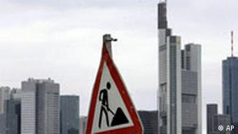 Ein Baustellenschild ist am Donnerstag,, 9. Oktober 2008, vor den Bankentuermen von Frankfurt am Main zu sehen. (AP Photo/Michael Probst) ---A construction site sign is seen in front of the bank towers in Frankfurt, central Germany, Thursday, Oct.9, 2008. (AP Photo/Michael Probst)