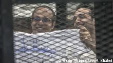 Ägypten Ahmed Maher und Ahmed Doma im Gerichtssaal in Kairo