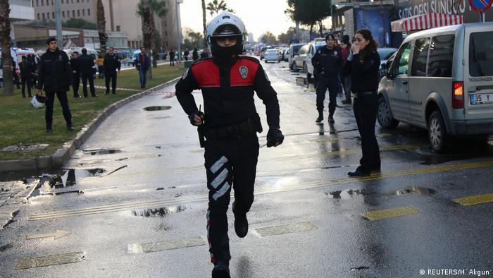 Un artefacto estalló hoy ante unos juzgados en la ciudad turca de Esmirna, en el oeste del país y al menos tres personas resultaron heridas. También se informa de dos terroristas muertos en un tiroteo. (5.01.2017)
