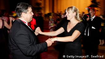 Габриэль танцует со своей второй женой на Российско-Германском балу в Берлине