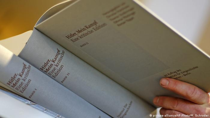 Ein Buchhändler mit der deutschen kritischen Ausgabe von Mein Kampf in einem Buchladen in München im Januar 2016. Die kommentierte Edition von Adolf Hitlers berüchtigtem Manifest hat sich in Deutschland zu einem Sachbuch-Bestseller entwickelt.