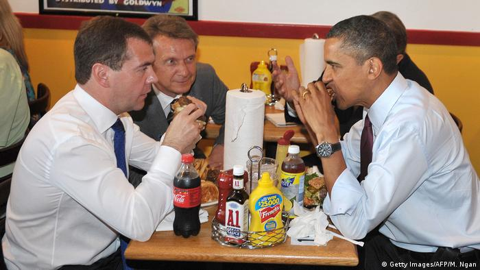 USA | Barack Obama and Dmitry Medvedev eating burgers (Getty Images/AFP/M. Ngan)