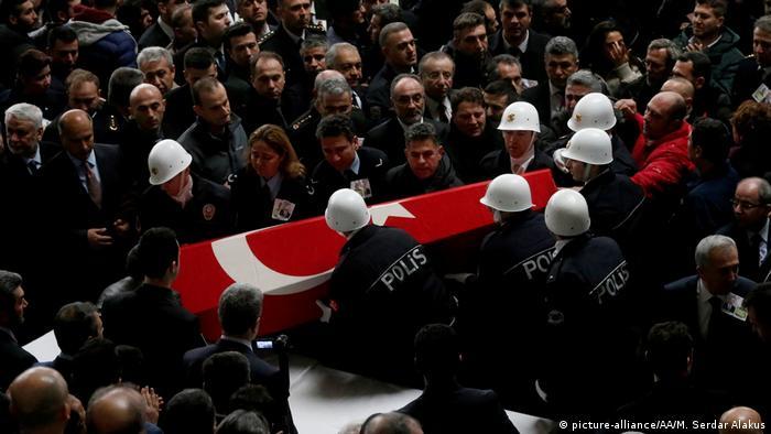 Türkei Izmir - Beerdigung für die Opfer des Terror Angriffs (picture-alliance/AA/M. Serdar Alakus)