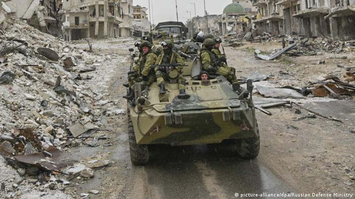 Syria, Aleppo, Russian soldiers (picture-alliance/dpa/Russian Defense Ministry)
