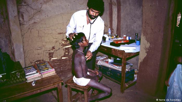 Terre des Hommes - 50 Jahre - Ärzliche Untersuchung in Indien (terre de hommes)