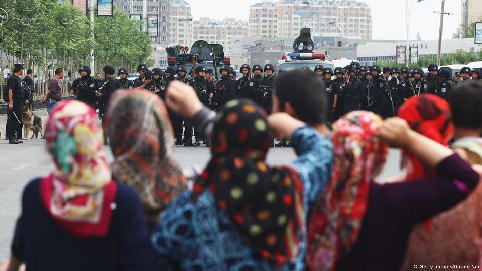 """中国政府前雇员被捕 新疆""""再教育营""""曝光"""