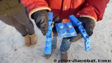 05.01.2017+++Langeoog, Deutschland+++ Ein Mann hält am 05.01.2017 am Strand der Insel Langeoog (Niedersachsen)Lego-Spielzeug in seinen Händen. Nach mehreren Tausend Spielzeug-Plastikeiern werden auch Lego-Steine an der ostfriesischen Insel angeschwemmt. (zu dpa Sturm treibt nach Spielzeugeiern auch Lego-Steine nach Langeoog vom 05.01.2017) Foto: Klaus Kremer/dpa +++(c) dpa - Bildfunk+++ | Verwendung weltweit