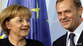 Angela Merkel and Donald Tusk in front of an EU flag
