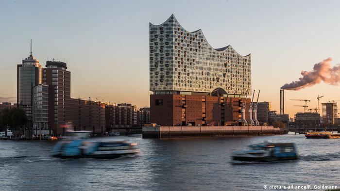 Hamburg im Wandel -Elbphilharmonie in Hamburg (picture-alliance/R. Goldmann)